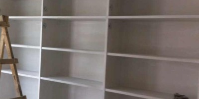 二手房裝修現場制作的書柜和電視墻
