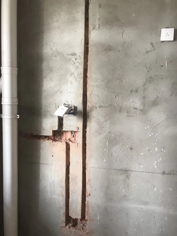 千禧河畔国际社区装修施工现场,水电改造开槽图