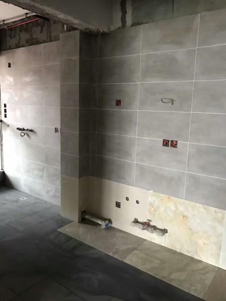 装修施工现场,贴砖,水电改造开槽